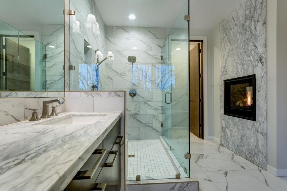 Un camino in bagno sorprende e rende la stanza  originale