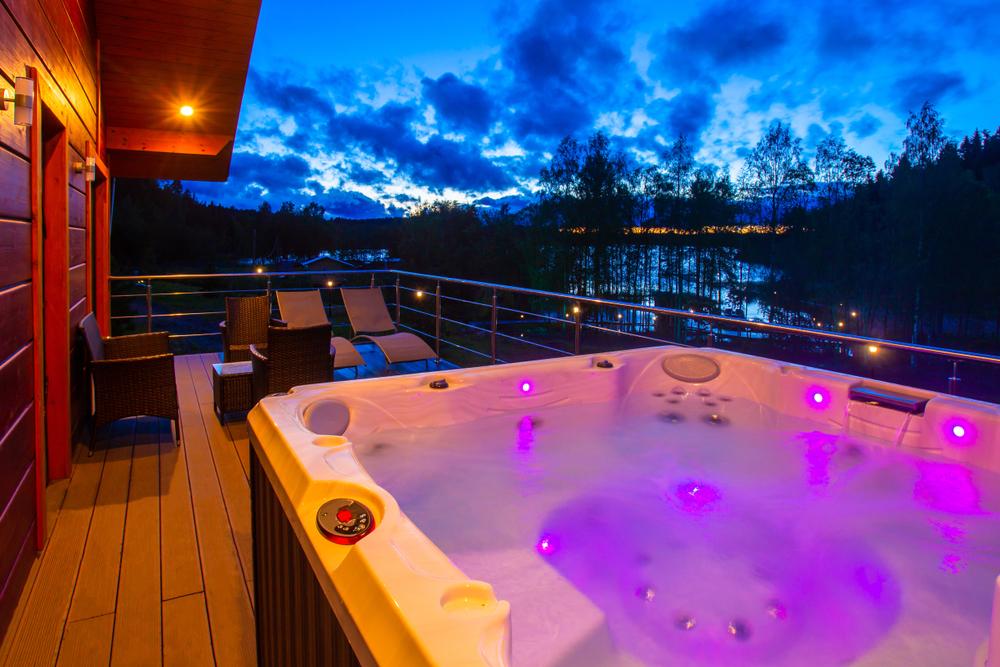Chi ha detto che una vasca idromassaggio sul terrazzo possa essere solo un sogno?