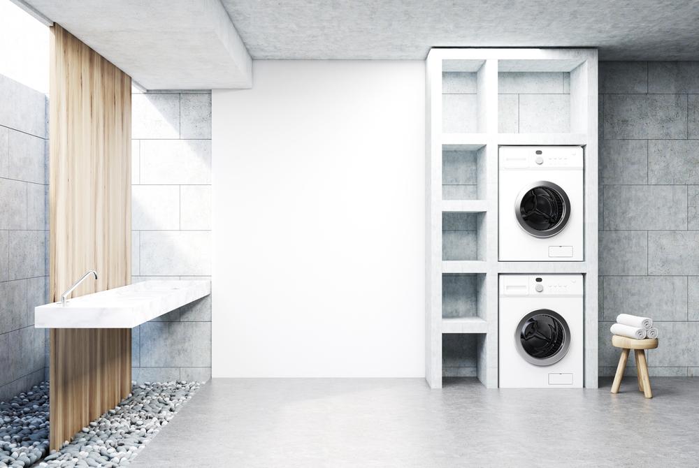 Se hai la fortuna di avere due bagni, puoi dedicare un'intera parete alla lavanderia