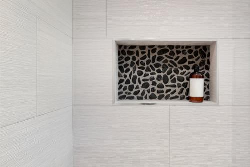 Se nel bagno di servizio c'è poco spazio, perché non ricavare delle nicchie per gli accessori?