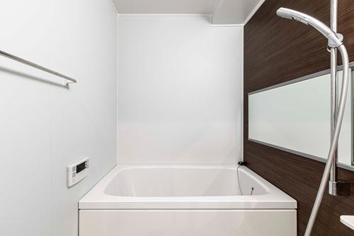 Una vasca quadrata di ispirazione giapponese è perfetta per il secondo bagno